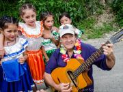 15 Carneval 2015, Nelson, Barrio 19 posing with little girls
