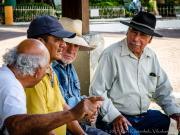 Ein Schwatz unter Rentnern in Vilcabamba. 02